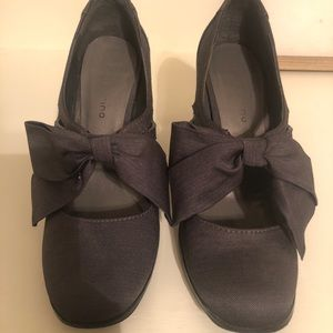 Gray heels with bow